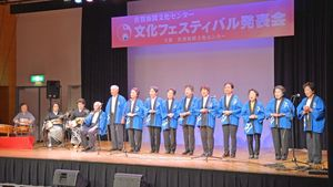 ステージ上で多彩な発表を披露する佐賀新聞文化センターの受講生たち=佐賀市のエスプラッツホール