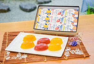 佐賀県産の果物を使った「佐賀ぜりぃ」。パッケージは有田焼をイメージしている(提供)