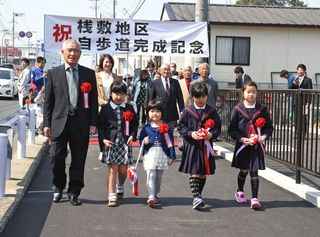 佐賀のニュース 鳥栖市立石町国道34号 学路に歩道、完成祝う