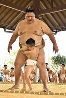 佐賀のニュース 御嶽海関らと児童が交流