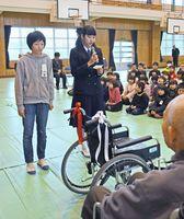 車いす贈呈式であいさつした山田杏菜さん(右)、井上和花さん=佐賀市蓮池町の芙蓉小中一貫校芙蓉校