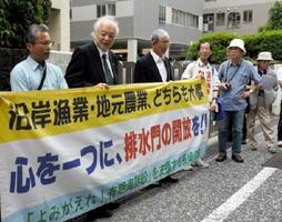 口頭弁論の前に街頭活動する漁業者ら=長崎市の長崎地裁前