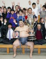 大相撲初場所で初優勝を果たし、賜杯を手に喜ぶ徳勝龍=26日、東京・両国国技館