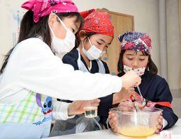 マヨネーズ作りに挑戦する児童たち=神埼市の千代田中部小
