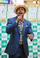 デビュー曲「海雪」を歌うジェロさん=佐賀市のモラージュ佐賀