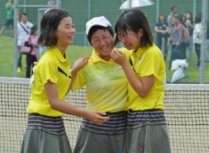 女子団体決勝・大和-佐大附属 初優勝を飾り、抱き合って喜ぶ大和の選手たち=佐賀市の森林公園テニスコート
