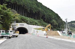 11月19日の開通に向けて作業が進む女山トンネルの工事現場=武雄市若木町