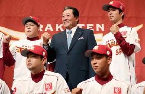 ポーズをとる楽天の梨田監督(中央)と池田隆英投手(前列左)ら=22日、仙台市内