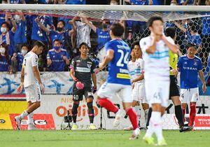 鳥栖-横浜M 後半、42分、2失点目を喫し位、肩を落とす鳥栖守備陣=横浜市のニッパツ三ツ沢球技場