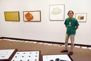 池田勝利さんの作品と、展覧会をプロデュースした弟子でデザイナーの江口扶美雄さん=佐賀市本庄町の高伝寺前村岡屋ギャラリー
