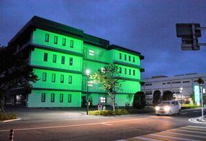 世界禁煙デーに合わせ、緑色にライトアップされている佐賀メディカルセンタービル=佐賀市水ケ江