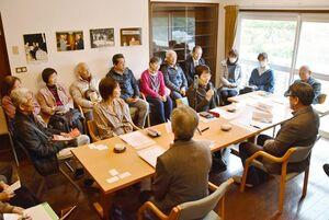 「九州さが大衆文学賞と笹沢左保」をテーマに語り合った座談会=佐賀市富士町の笹沢左保記念館