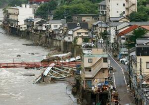 豪雨の被害を受けた大分県日田市の天ケ瀬温泉。玖珠川の増水で流された橋の鉄骨が残る=10日午前8時20分