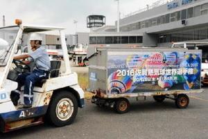 熱気球の写真をラッピングした、乗客の手荷物を運ぶカート=佐賀市の九州佐賀国際空港