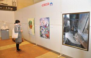 佐賀県高校総合文化祭の優秀作品が並ぶ展示会=県庁県民ホール