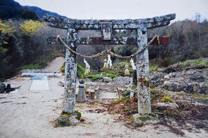 倒壊する前の野田明神社の鳥居。新しい本殿は写真の左側に建てられた=唐津市浜玉町(提供)