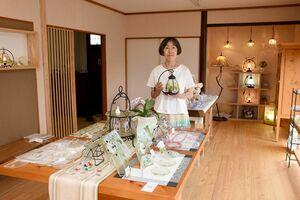 リニューアルを記念して作品展を開いている石田由美子さん=基山町のアトリエ石田