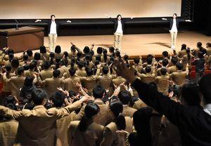 発表を前にダンスを取り入れる演出をした健康福祉系列の生徒=神埼市中央公民館