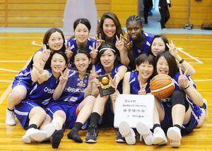 3位入賞を笑顔で喜ぶひらまつ病院の選手たち=佐賀市の県総合体育館