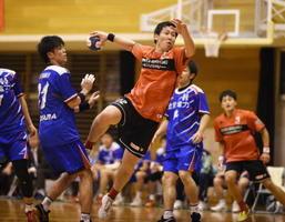 今季初勝利を飾ったトヨタ紡織九州。前半、シュートを放つ酒井翔一朗選手(中央)=神埼市の神埼中央公園体育館
