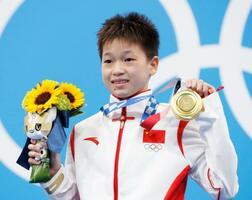 女子高飛び込みで獲得した金メダルを手にする中国の全紅嬋=東京アクアティクスセンター