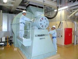 「特別点検」で設備をチェックする九州電力玄海原発の作業員=東松浦郡玄海町(九電提供)