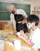 松尾嘉之さんに教わりながら風鈴に絵付けをする児童たち=有田町の有田小