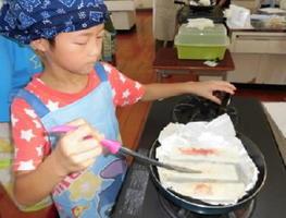 おやつ作りに挑戦する児童
