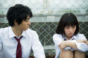 映画「二度目の夏、二度と会えない君」のカット。右からMADOKA(吉田円佳)さんと主演の村上虹郎さん