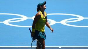 テニスのシングルス1回戦で敗退し、天を仰ぐアシュリー・バーティ=25日、有明テニスの森公園(ロイター=共同)