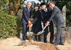 アンネのバラの苗木を植える職員、生徒の代表=基山町の東明館中高