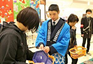 焼き物の販売をする生徒(右)=佐賀市のイオンモール佐賀大和