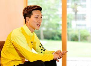 トレーニングキャンプ初日を終え、インタビューに応じる小林祐希=佐賀市富士町