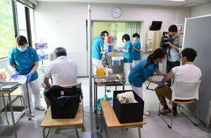 新型コロナウイルスワクチンの集団接種が始まった接種会場=25日午前、基山町のきやま鹿毛病院