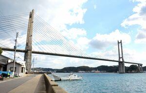 塔から斜めにケーブルが張られている呼子大橋=唐津市呼子町