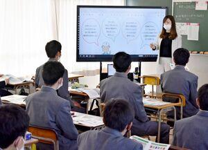生徒たちに業務内容や仕事のやりがいなどを伝える企業の採用担当者=佐賀市の佐賀工業高校