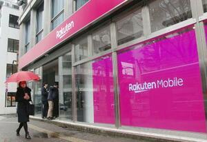携帯電話端末の販売などの顧客対応をする楽天の店舗=1月、東京都渋谷区