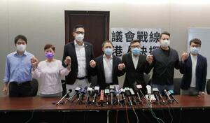 記者会見する香港の民主派議員ら=8月20日、香港(AP=共同)