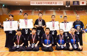 小学生大会で3位入賞を果たした黒津少剣A、嘉瀬少剣Aの選手たち=佐賀市の県総合体育館