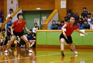 女子ダブルスを制した牛津の成富稀咲(右)と下村理華=佐賀市立体育館