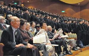 佐賀西高創立140周年記念式典で校歌を斉唱する卒業生や在校生=佐賀市文化会館