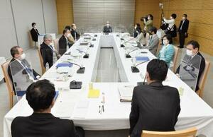 首相官邸で開かれた皇位継承策に関する有識者会議=10日午後