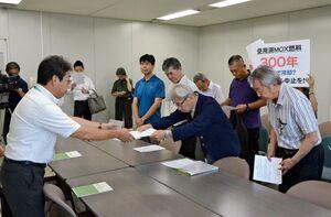 玄海原発3号機の運転再開中止を求め、要請書を提出する反原発団体のメンバー(右)=佐賀県庁
