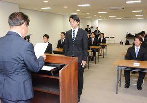 内定証書を受け取る大学生たち=佐賀市の松尾建設本店