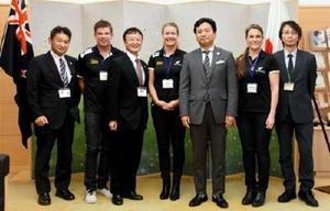 山口祥義知事を訪問したニュージーランド・パラリンピック委員会のフィオナ・アランCEO(左から4人目)ら関係者=佐賀県庁