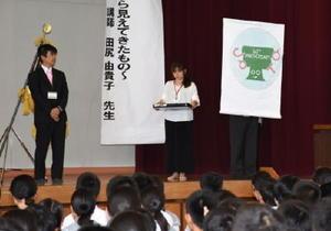 式典で紹介された60周年記念のオリジナルロゴマーク=佐賀市巨勢町の城東中学校