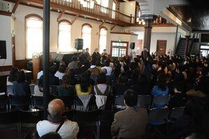 全国から約120人が詰めかけたトークショーの様子=佐賀市柳町の浪漫座