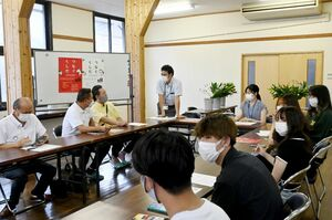 つなぐくしだプロジェクトのメンバーら=神埼市の神幸館