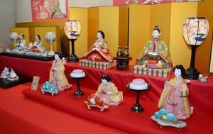 有田焼の窯元や姉妹都市のマイセンでつくられた磁器製のひな人形も楽しめる=有田町の有田館