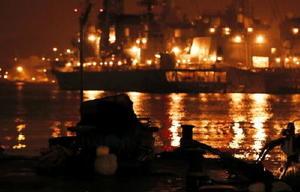映画の中に繰り返し登場する佐世保港。今も米軍や自衛隊の艦船が行き交う=佐世保市